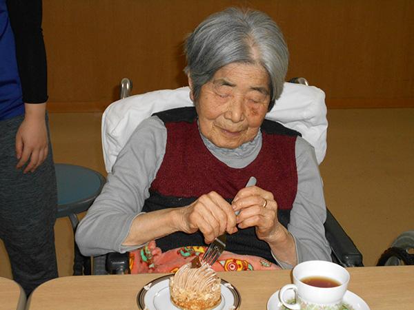 「 葦 」のケーキを買ってきてみんなで食べました!